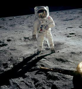 Apollo_04_Aldrin_walks_on_moon_(1186x1280) (1)