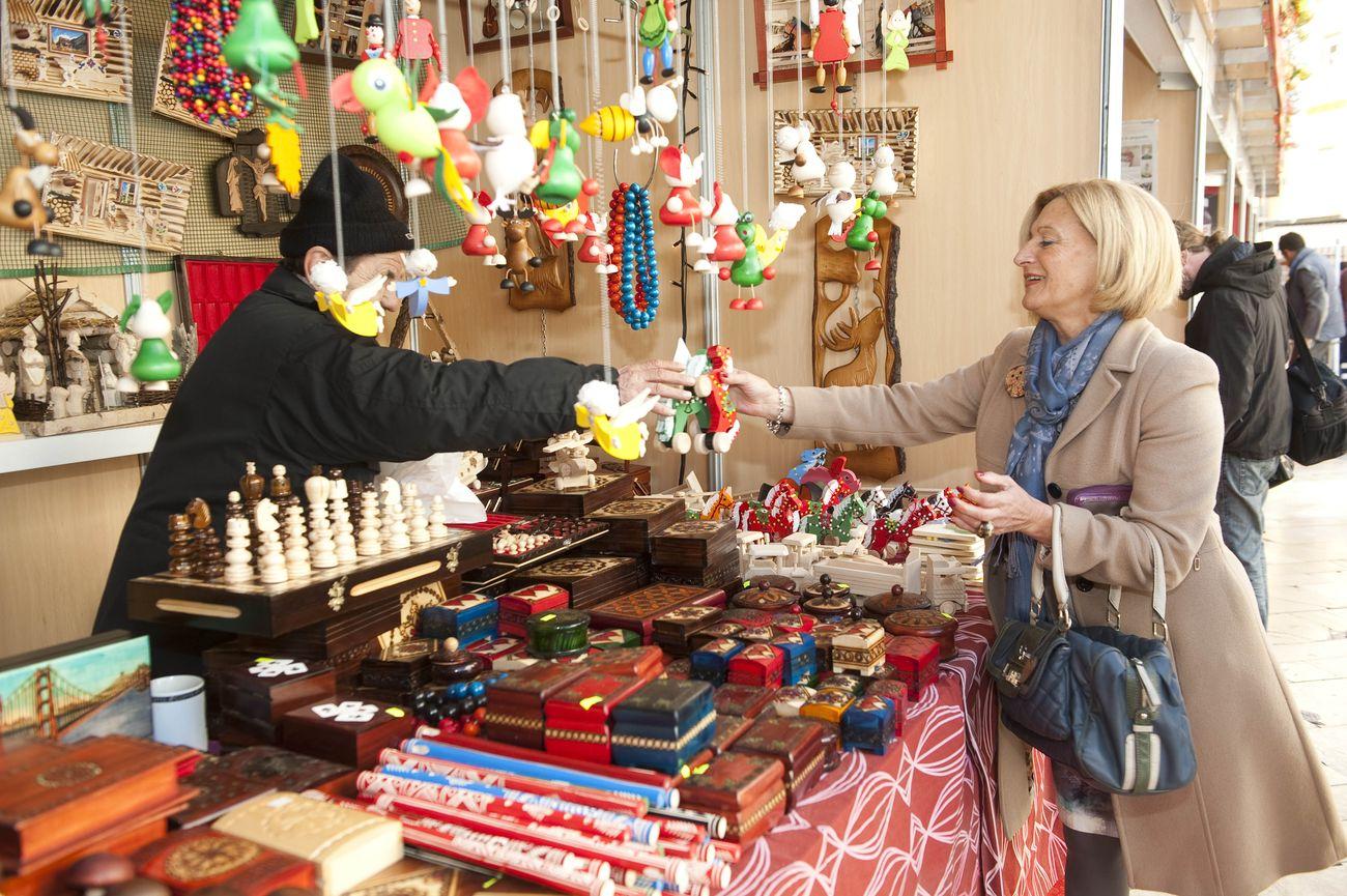 Feria de artesan a de navidad en la plaza de la reina de for Feria de artesanias 2016